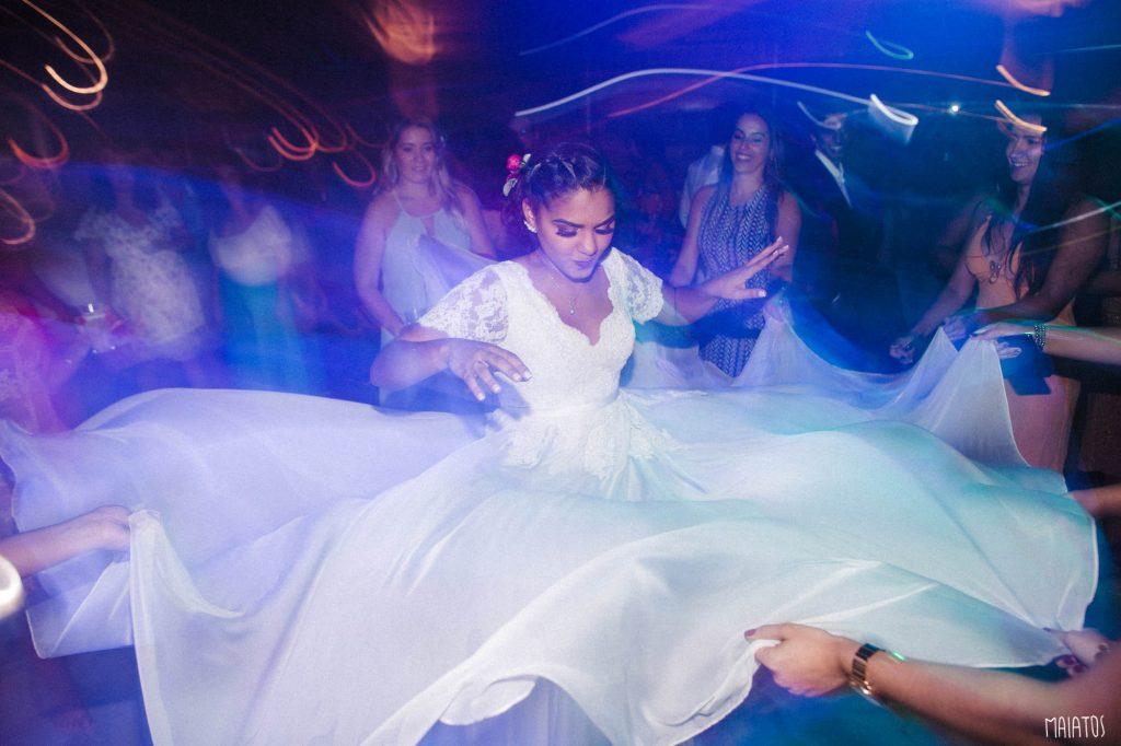 vestido de noiva rodando na pista