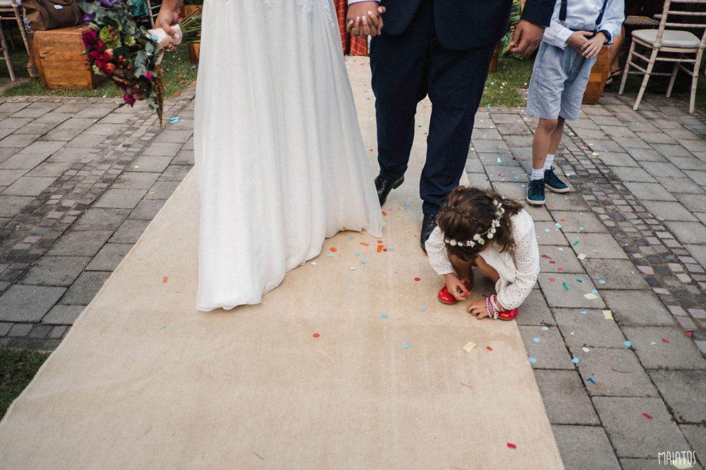 daminha em cerimônia de casamento ao ar livre