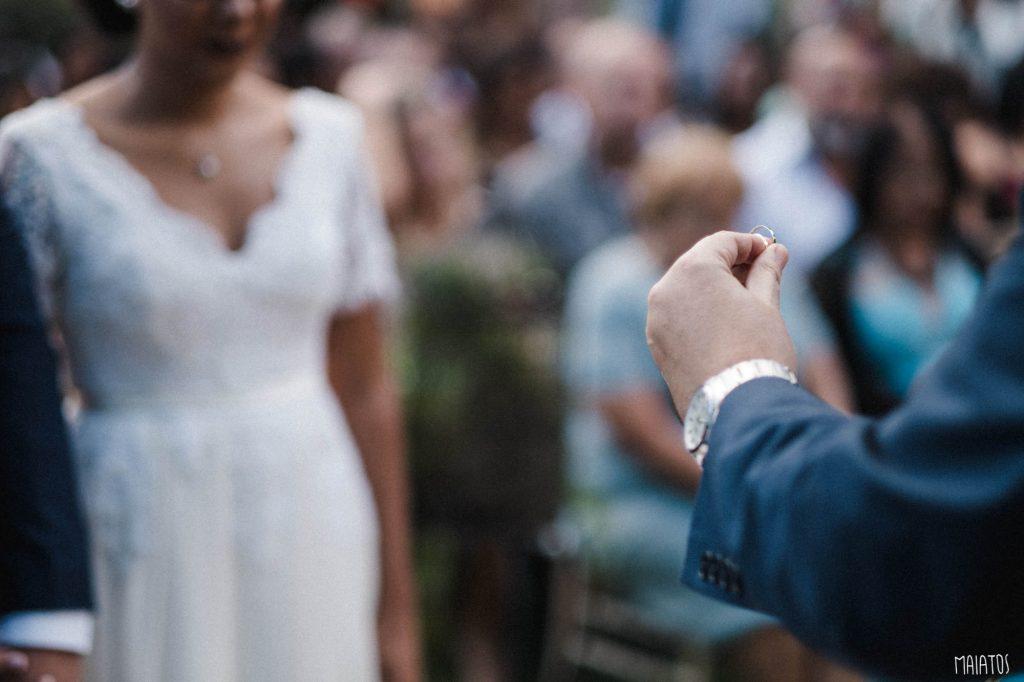 aliança de casamento ao ar livre