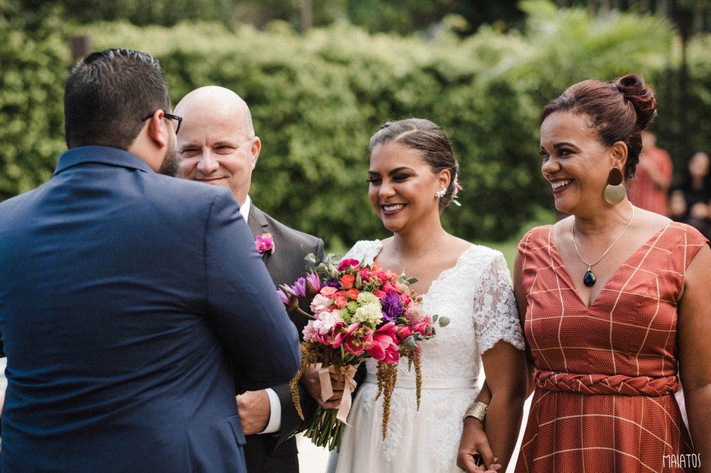 noiva entrando na cerimônia do casamento ao ar livre