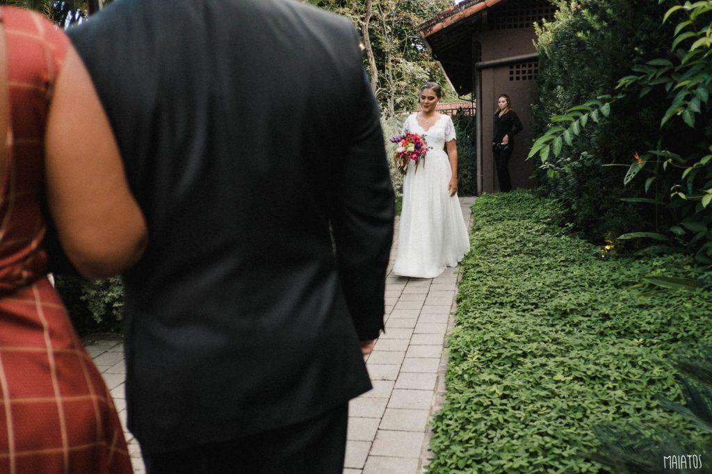 noiva indo para a cerimônia