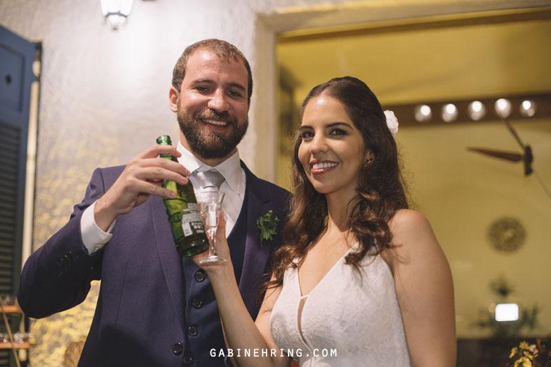noivos brindam com cerveja e cachaça
