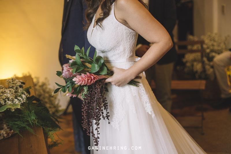 entrada da noiva com buque feito por Clara Nobrega
