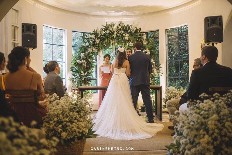 cerimônia de casamento em casa particular e vestido white hall