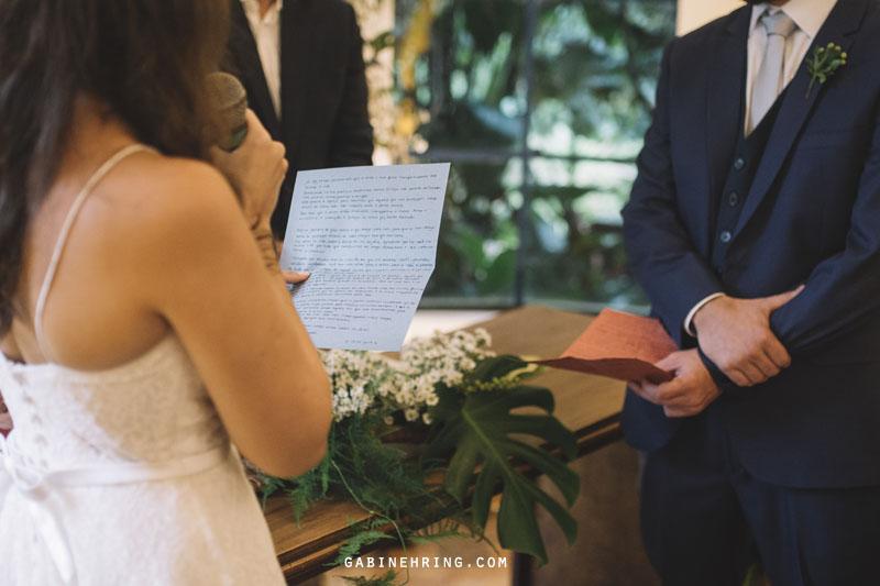leitura dos votos da noiva durante a cerimônia