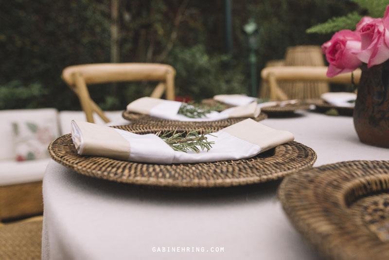 decoração de sousplat de casamento com alecrim