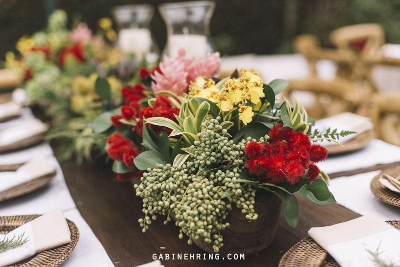 centro de mesa com flores e sementes