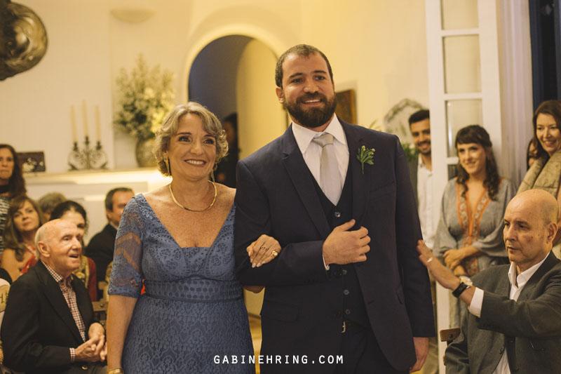 entrada do noivo com cerimônia feita dentro da sala de casa