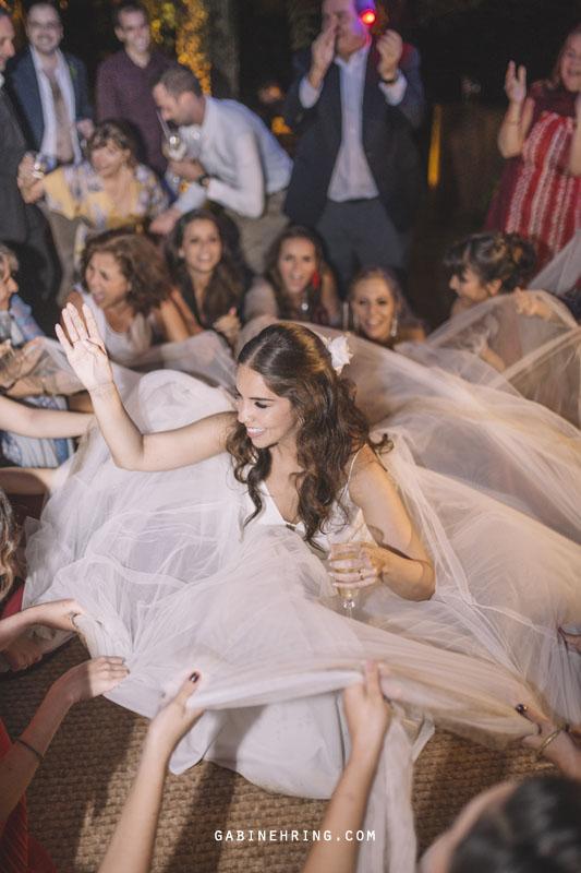 casamento em casa com noiva dançando na pista
