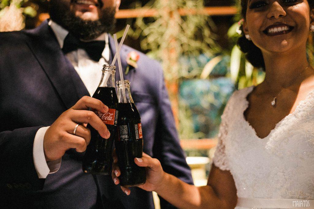 brinde do casal com coca cola