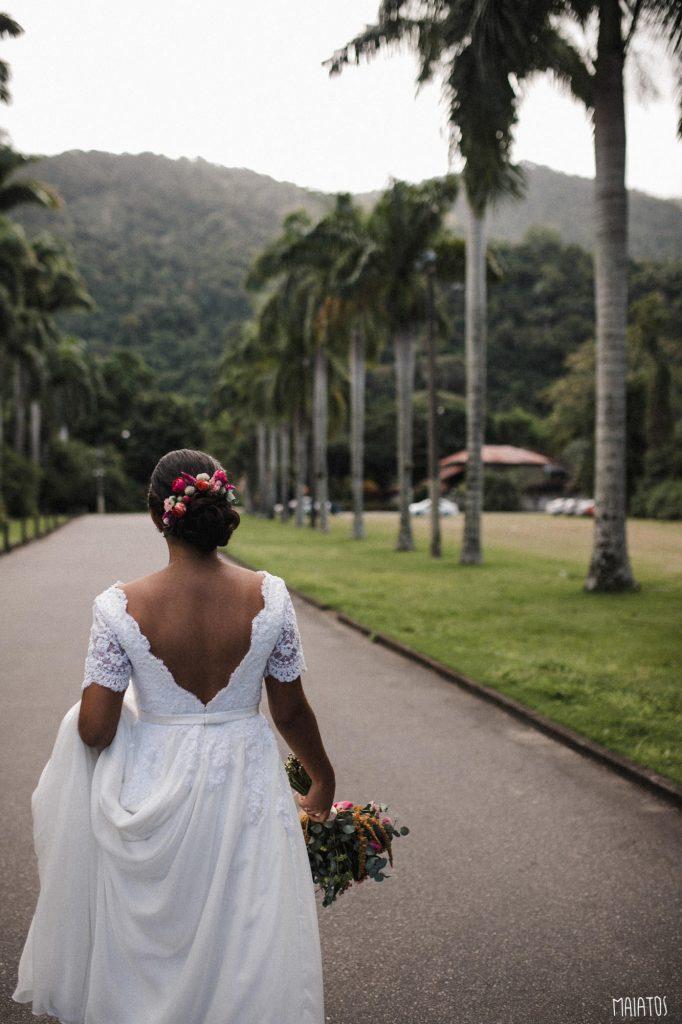 noiva pelo corredor de entrada do lajedo casamento ao ar livre