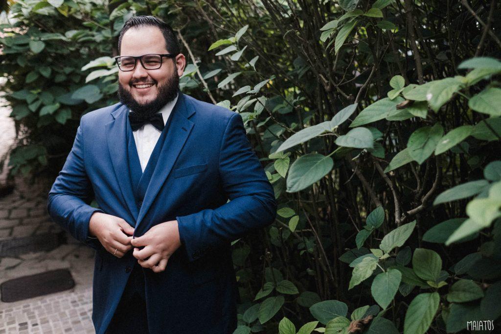 noivo terno azul casamento ao ar livre
