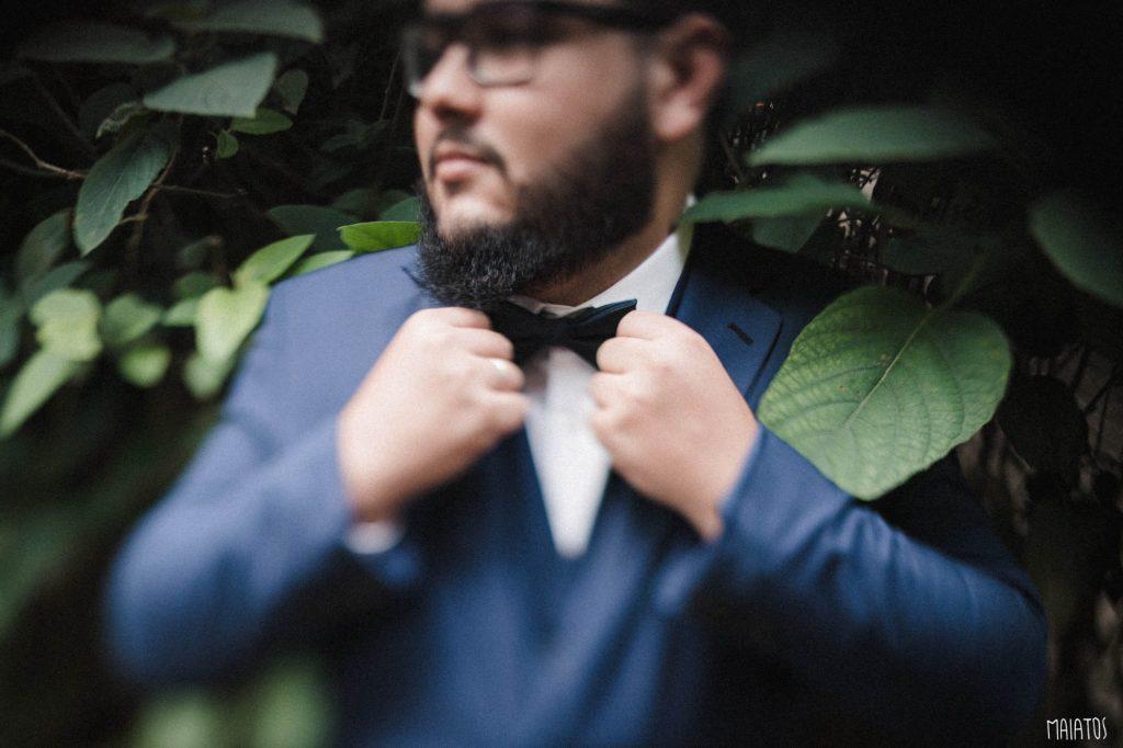 making of do noivo de terno azul casamento ao ar livre