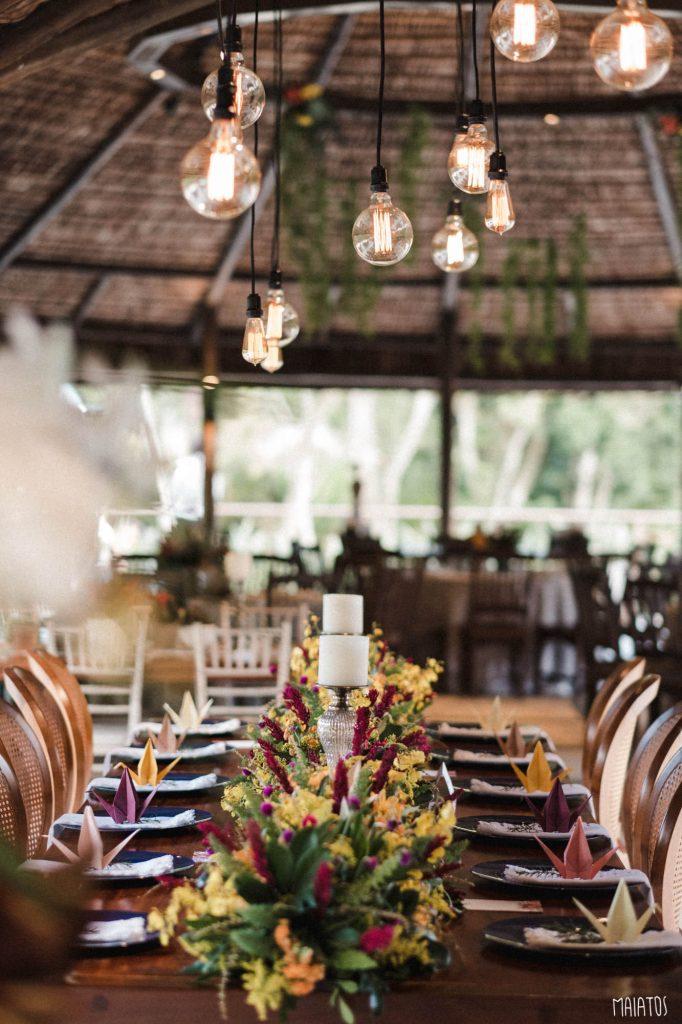 mesa de familia com lâmpadas de filamento